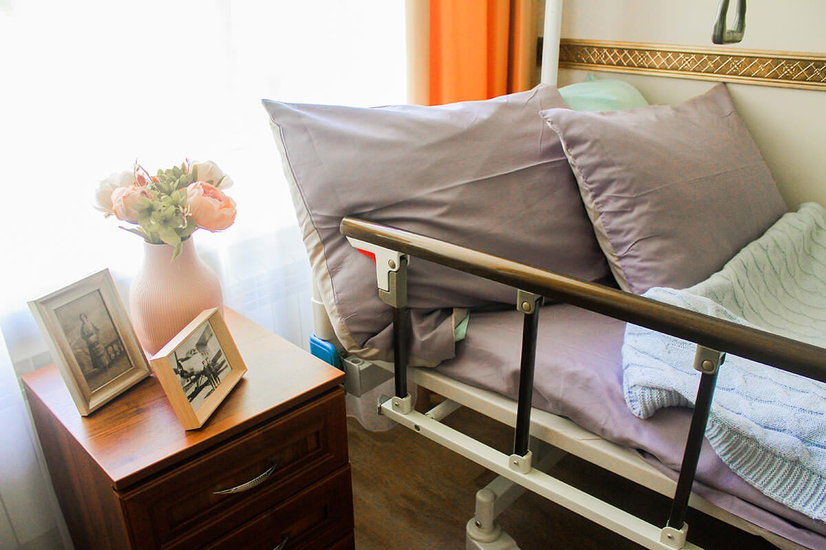 кровать возле тумбочки